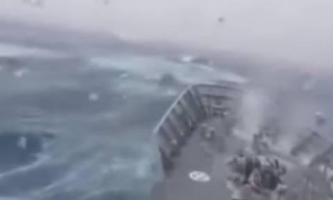 Σοκαριστικό βίντεο! Γιγάντιο κύμα «καταπίνει» πολεμικό πλοίο... (video)