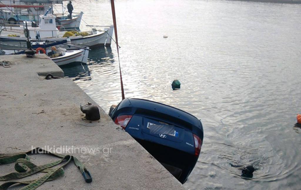 Χαλκιδική: «Βουτιά» αυτοκινήτου με δύο νεαρούς στη θάλασσα (pic&vid)