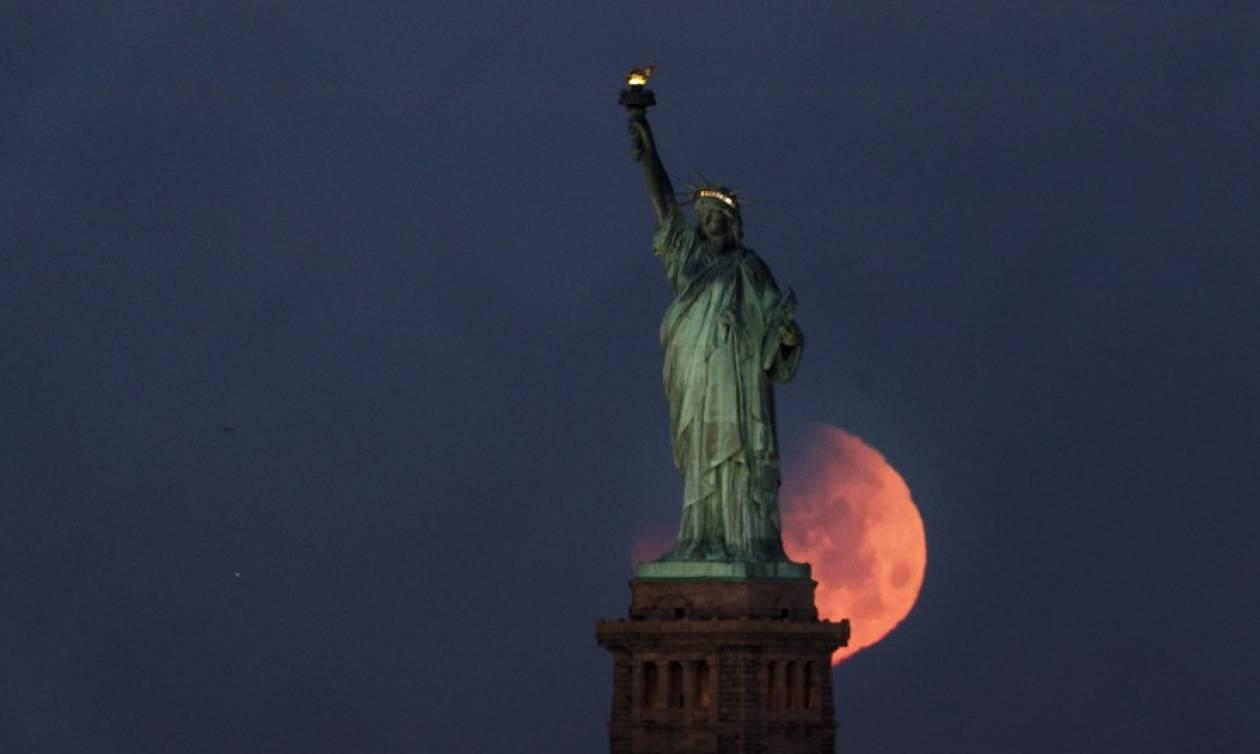 Blue moon: Εκατομμύρια άνθρωποι παρακολούθησαν τη σπάνια «ματωμένη» έκλειψη της υπέρ-Σελήνης