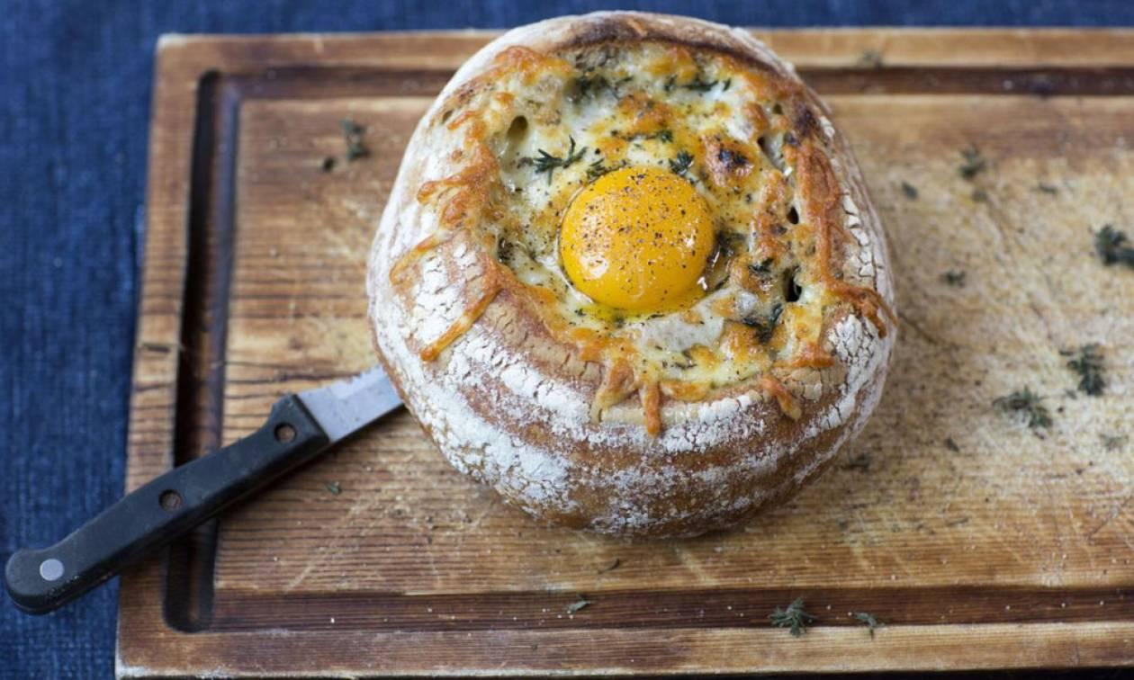 Κολασμένο γεύμα με αβγό, λουκάνικο, τυρί και μπέικον ΜΕΣΑ σε ψωμάκι!