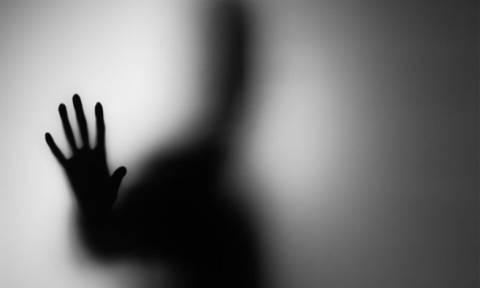 Φρίκη στην Αθήνα: Αδίστακτη γυναίκα κρατούσε αιχμάλωτο άνδρα για έναν ολόκληρο χρόνο