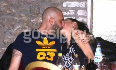 Αδάμου-Κουινέλης: Καυτά φιλιά μπροστά στον φωτογραφικό φακό