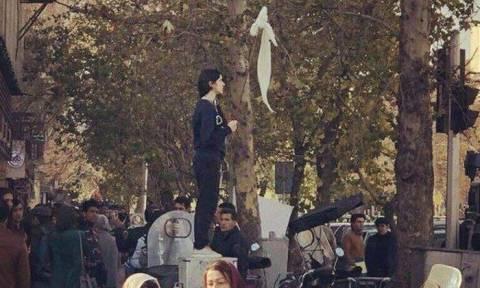 Ιράν: 29 γυναίκες συνελήφθησαν επειδή έβγαλαν την μαντίλα τους σε δημόσιο χώρο (Pics+Vid)