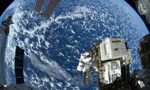 Διαστημικός περίπατος για δύο Ρώσους κοσμοναύτες