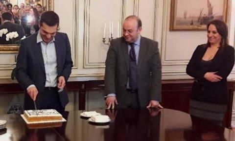 O Τσίπρας έκοψε πρωτοχρονιάτικη πίτα στο Μαξίμου