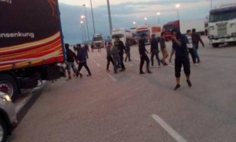 Εμπόλεμη ζώνη το λιμάνι της Πάτρας: Μετανάστες επιτέθηκαν σε Λιμενικό και τον τραυμάτισαν!