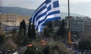 Συλλαλητήριο – ΔΕΟΣ! Η τεράστια ελληνική σημαία με φόντο τη Βουλή – Δείτε Live εικόνα