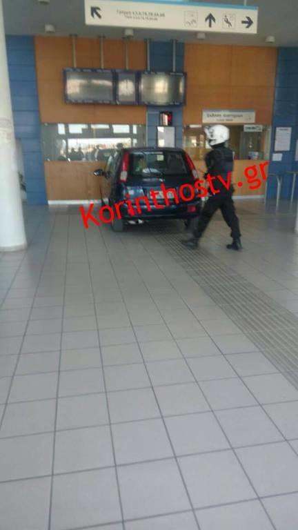 Ανεξήγητο: Αυτοκίνητο... μπούκαρε στα εκδοτήρια του προαστιακού στην Κόρινθο
