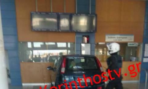 Ανεξήγητο: Αυτοκίνητο... μπούκαρε στα εκδοτήρια του προαστιακού στην Κόρινθο (vid)