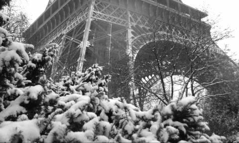 Γαλλία: Χιονίζει ξανά στο Παρίσι - Έκλεισε ο πύργος του Άιφελ (Pics+Vids)