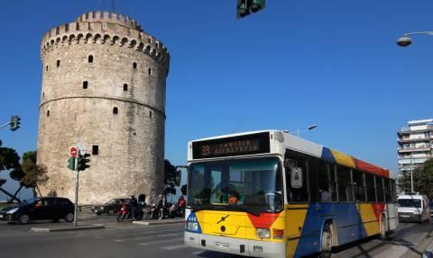 Θεσσαλονίκη: Γραπώθηκε στο πίσω μέρος λεωφορείου για να μην πληρώσει εισιτήριο (pic)