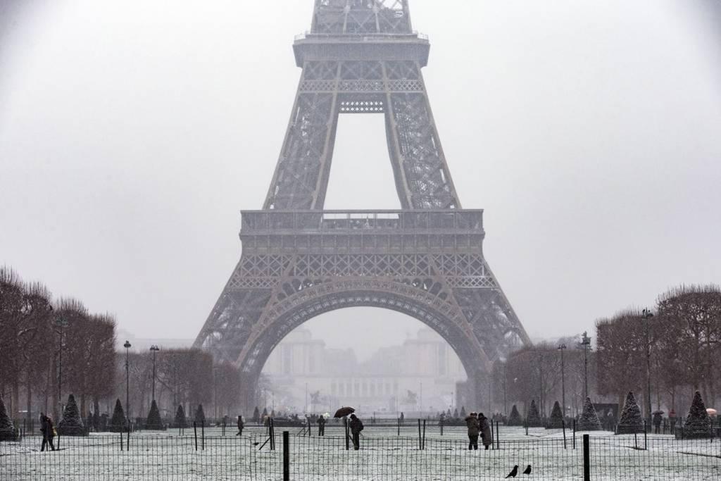 Χάος από το χιόνι στη Γαλλία: Χιλιάδες πέρασαν τη νύχτα εγκλωβισμένοι στα αυτοκίνητα τους (Pics)