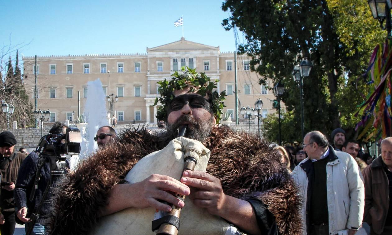 Τσικνοπέμπτη 2018: Το τσίκνισαν στο Σύνταγμα – Βγήκαν στο δρόμο με τα νταούλια (pics)