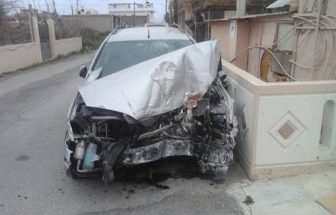 Απίστευτο τροχαίο στην Κίσσαμο – Αυτοκίνητο γκρέμισε σπίτι (pics)