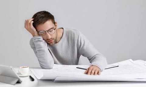Μόνιμη κούραση: Πότε φταίει ο θυρεοειδής και πότε τα επινεφρίδια