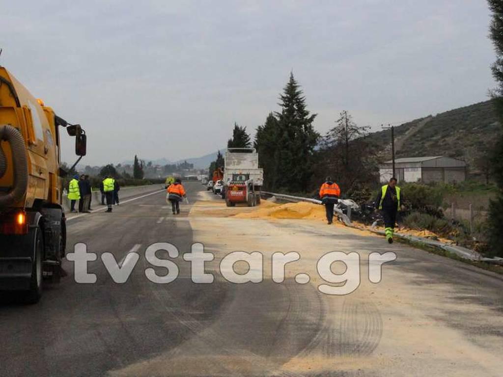 Κλειστή παρέμεινε για 7 ώρες η Εθνική Οδός Αθηνών - Λαμίας λόγω ανατροπής νταλίκας (pics&vid)