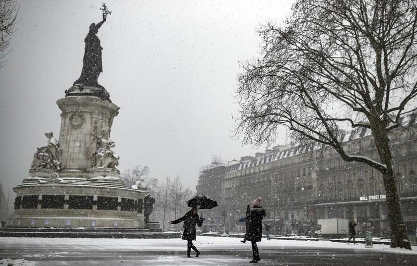 Μαίνεται η κακοκαιρία στην Γαλλία - Τουλάχιστον 200 πτήσεις ακυρώθηκαν (pics)