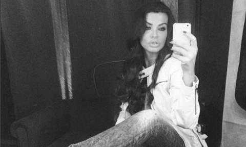 Νίνα Λοτσάρη: Δε διστάζει να δείξει δημοσίως τις ραγάδες στην κοιλιά της (pic)