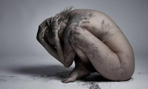 Οι σκοτεινές σκέψεις της μητρότητας, μέσα από καθηλωτικές φωτογραφίες (pics)