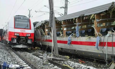 Σύγκρουση τρένων στην Αυστρία: Ένας νεκρός και δεκάδες τραυματίες (pics)