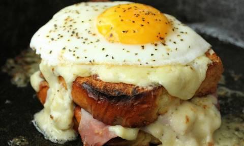 Έπος: Δείτε πώς θα φτιάξετε σαντουιτσάρα με τηγανητό αυγό!