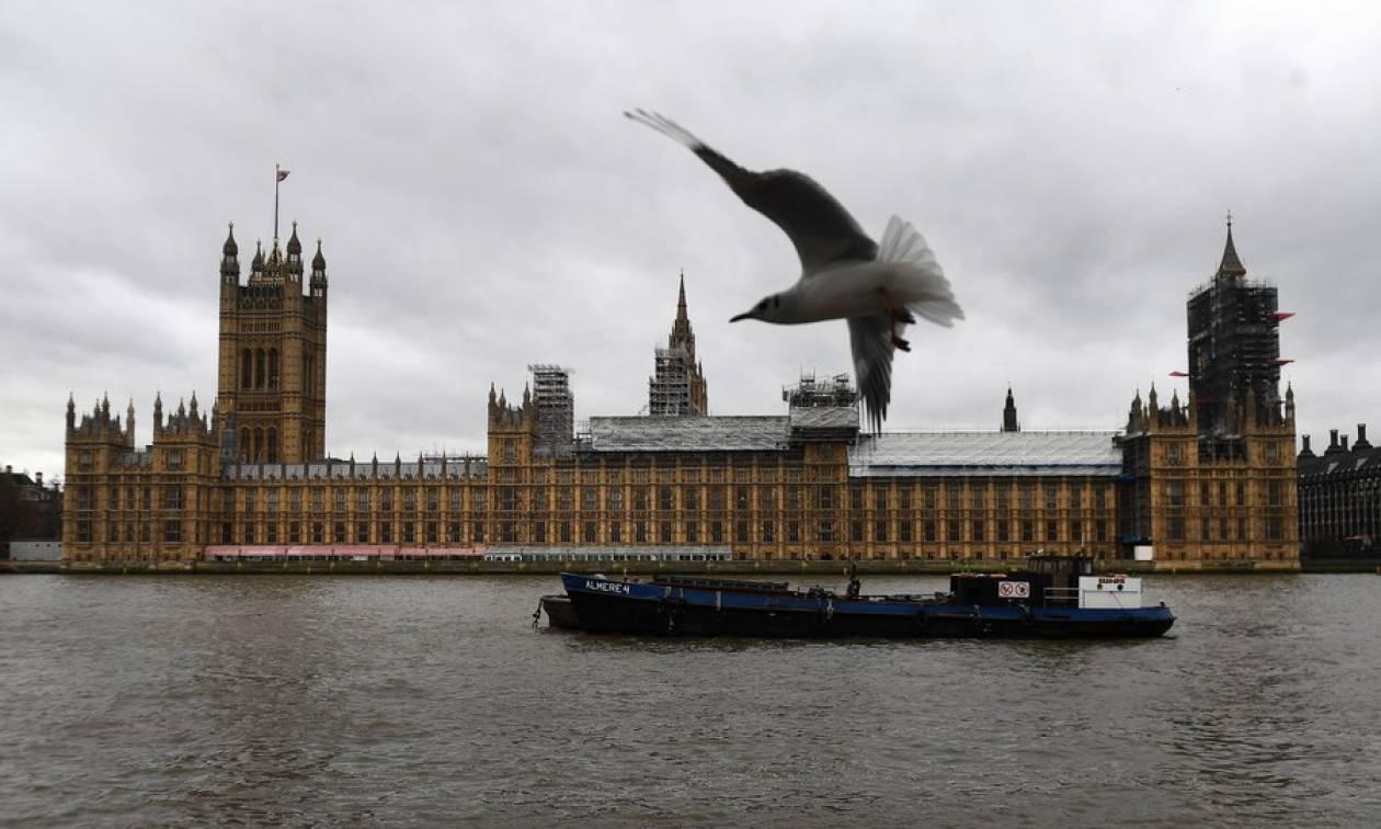Βρετανία: Έρευνα για «ύποπτο» αντικείμενο μέσα στο χώρο του κοινοβουλίου (vid)