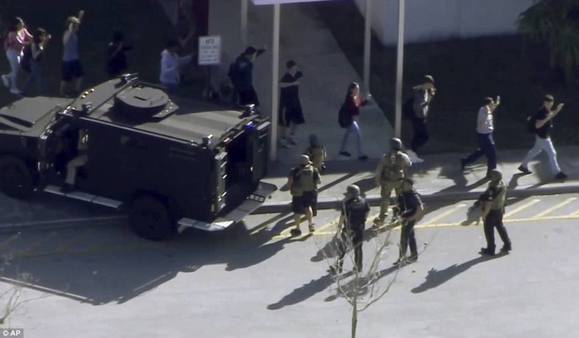Μακελειό στις ΗΠΑ: Ο 19χρονος έστησε παγίδα θανάτου χτυπώντας το συναγερμό του σχολείου (Pics+Vids)