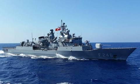 Παίρνει «φωτιά» το Αιγαίο: Τουρκική φρεγάτα έφτασε μέχρι τον Καφηρέα (vid)