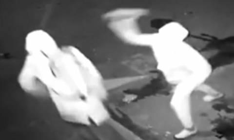 Επικό βίντεο: Κλέφτης εξουδετερώνει κλέφτη με ένα... τούβλο!