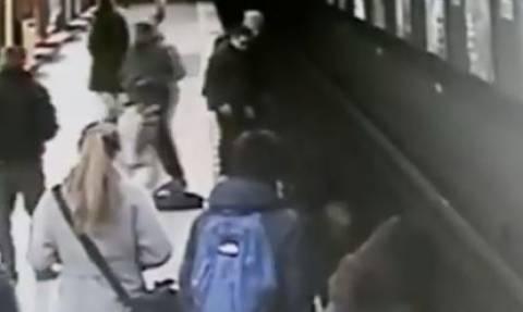 Βίντεο: 18χρονος βούτηξε στις ράγες του μετρό και έσωσε 2χρονο αγοράκι!