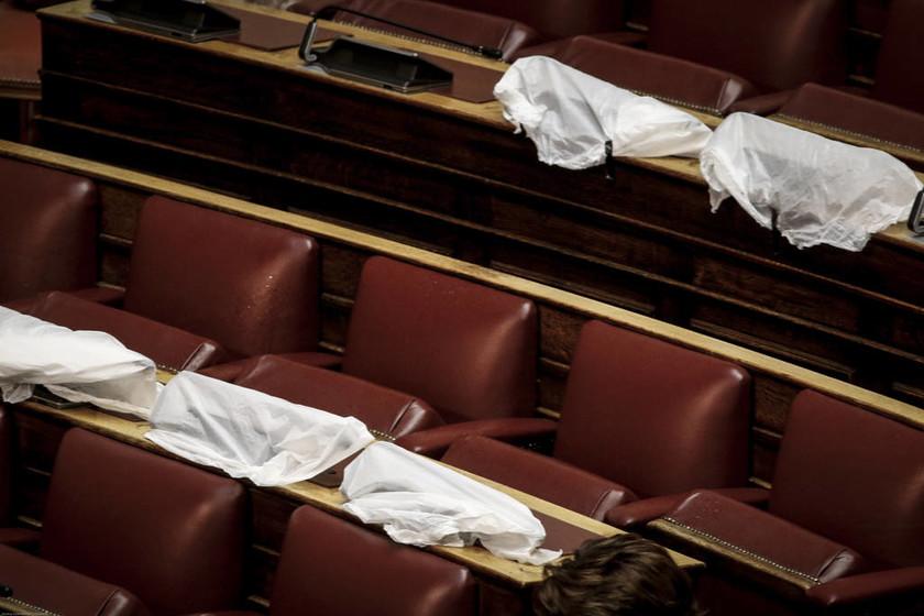 Έγιναν… μούσκεμα στη Βουλή - Έτρεχαν να καλύψουν τα έδρανα (pics+vid)