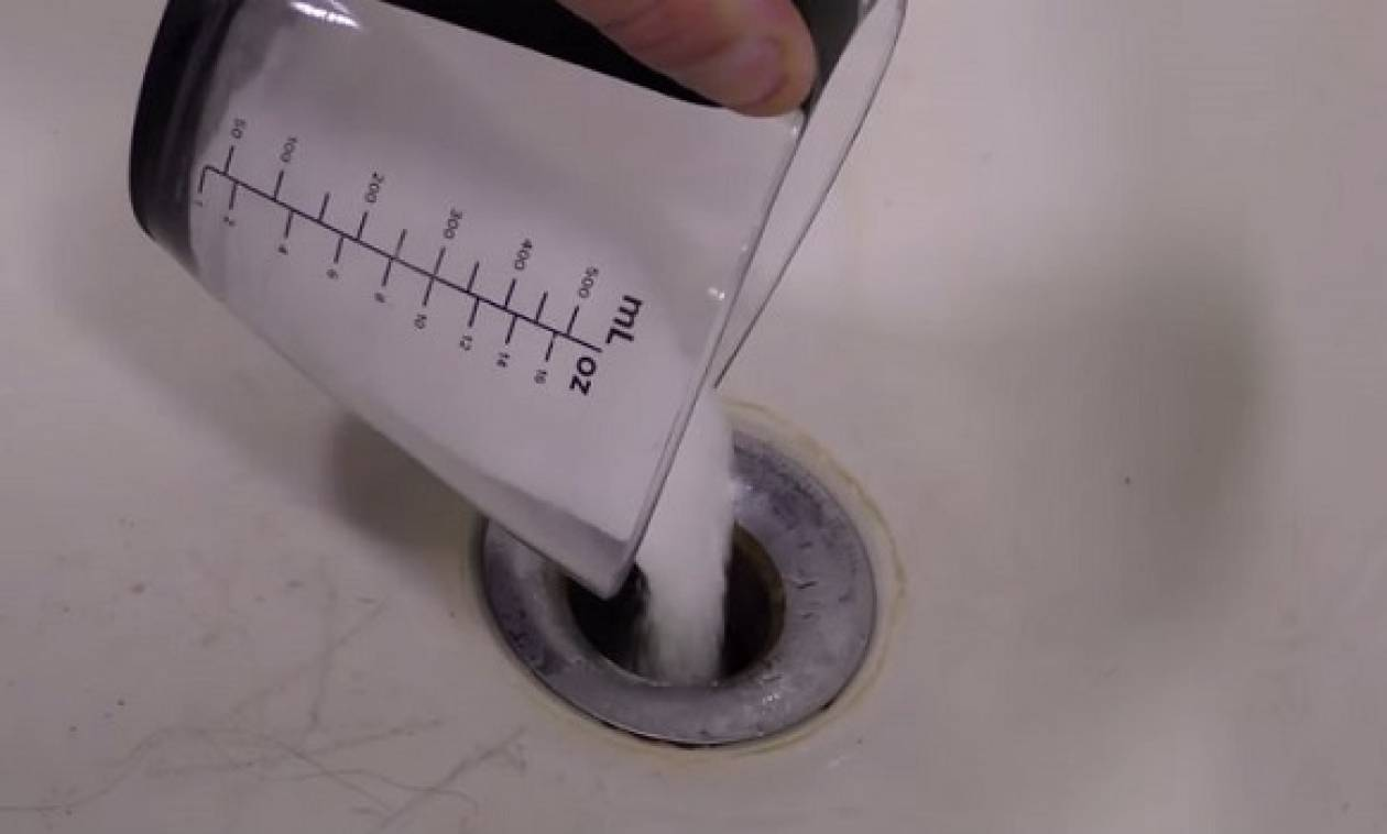 Παίρνει ένα ποτήρι αλάτι και το ρίχνει μέσα στο νεροχύτη. Θα το κάνετε κι εσείς αμέσως! (video)