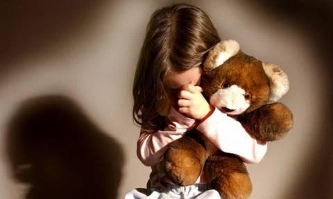 Φρίκη: Γονείς-κτήνη υποχρέωναν την εννιάχρονη κόρη τους να εκδίδεται
