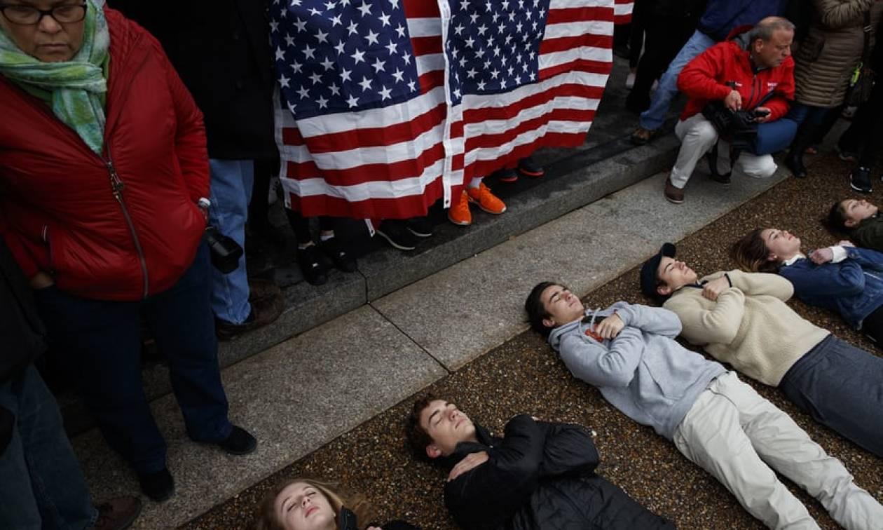 ΗΠΑ: Διαμαρτυρία μαθητών έξω από το Λευκό Οίκο για την οπλοκατοχή (video)