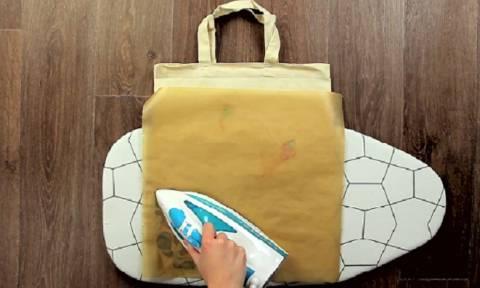 Βάζει μια λαδόκολλα πάνω σε μια σακούλα και σιδερώνει. Θα το κάνετε αμέσως... (video)
