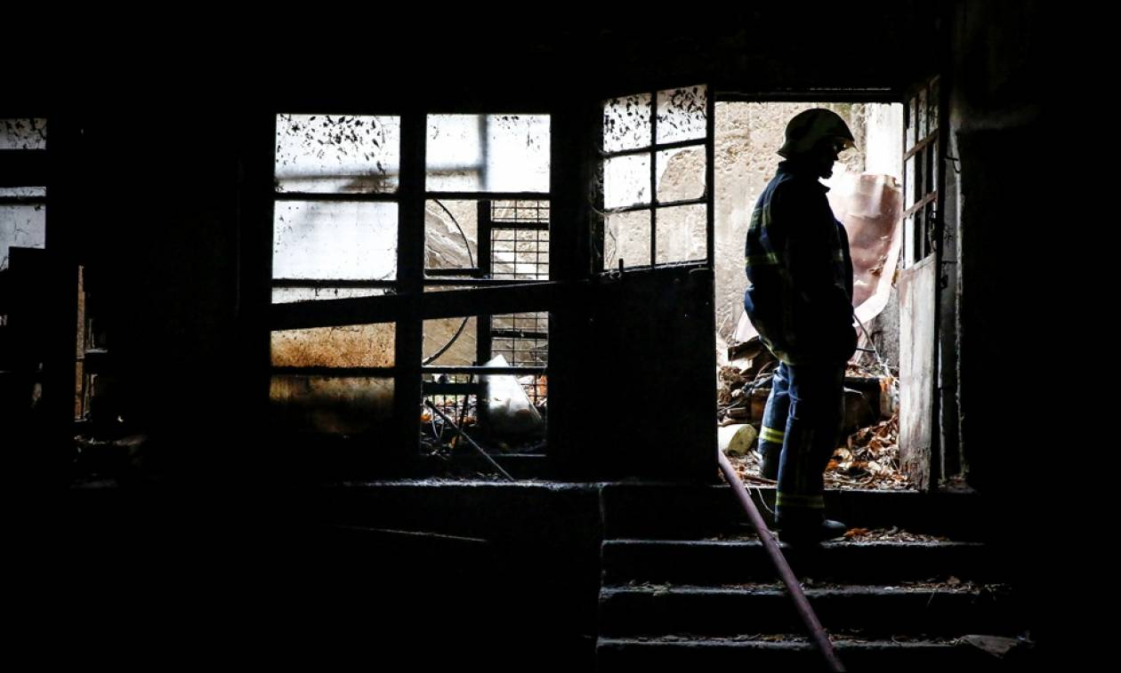 Ένας νεκρός από τη φωτιά σε εργοστάσιο στη Μάνδρα