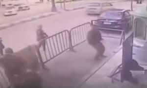 Βίντεο ντοκουμέντο: Αστυνομικοί σώζουν 5χρονο αγοράκι που πέφτει από μπαλκόνι