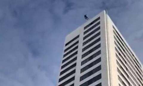 Σοκαριστικό βίντεο: Έπεσε από 24ώροφο κτήριο και δεν άνοιξε το αλεξίπτωτο