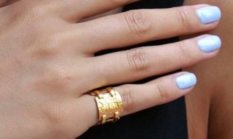 Πώς λέγονται τα δαχτυλίδια που φοριούνται στο μικρό δάχτυλο του χεριού; Από που πήραν αυτό το όνομα;