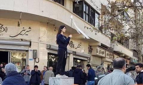 Οργή στο διαδίκτυο για το βίντεο ξυλοδαρμού διαδηλώτριας κατά της μαντίλας από αστυνομικούς στο Ιράν