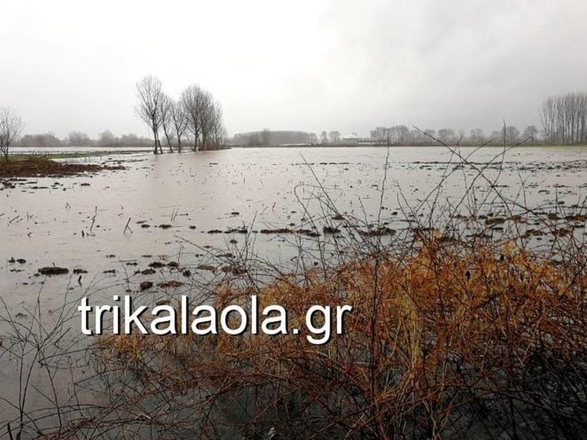 Καιρός ΤΩΡΑ: Υπερχειλίσεις ποταμών και κατολισθήσεις σε Τρίκαλα - Φθιώτιδα (pics+vid)