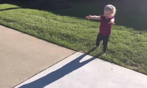 Απίθανο βίντεο: Παιδιά αντικρίζουν για πρώτη φορά της σκιά τους
