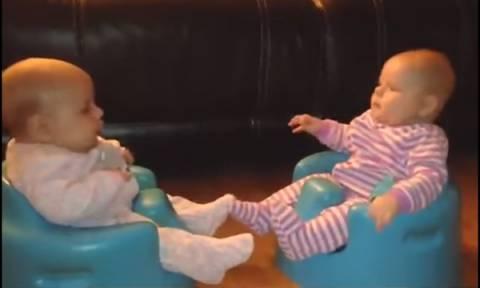 Πολύ γέλιο: Τα πιο αστεία φτερνίσματα μωρών σε ένα βίντεο