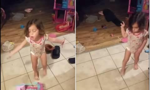 Έξω φρενών το διαδίκτυο με το βίντεο με το κοριτσάκι - Γιατί ξεσπούν εναντίον της μαμάς του