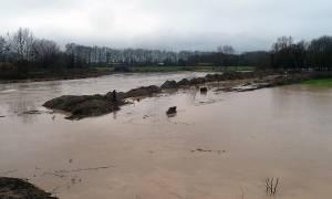 Καιρός ΤΩΡΑ: Αγωνία στη Θεσσαλία, «φούσκωσε» ο Πηνειός - Πλημμύρες και κατολισθήσεις (vid)