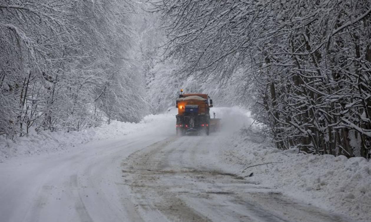 Καιρός ΤΩΡΑ: Χιονίζει στη Βόρεια Ελλάδα - Πού υπάρχουν προβλήματα