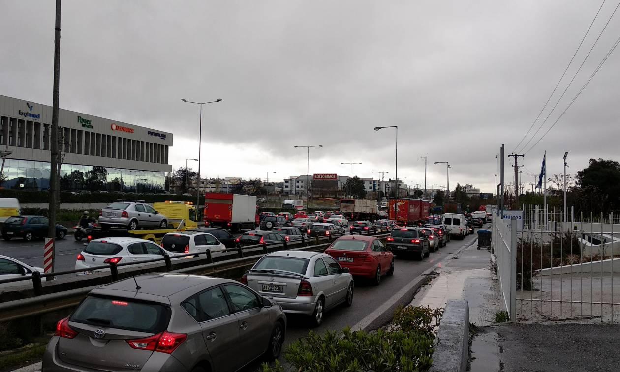 Κυκλοφοριακό χάος στην Αττική λόγω κακοκαιρίας – Ποιους δρόμους να αποφύγετε (pics)