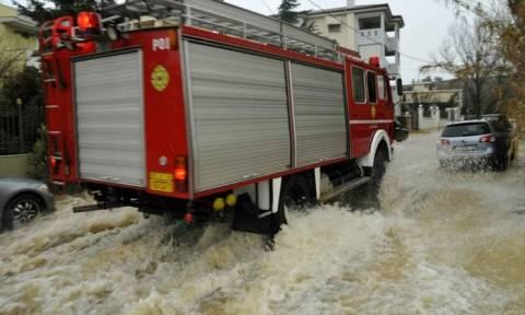 Λάρισα: Ζευγάρι ηλικιωμένων εγκλωβίστηκε στο πλημμυρισμένο σπίτι του