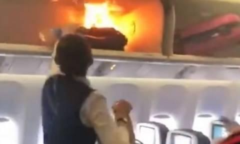 Πανικός σε αεροπλάνο: Πήρε φωτιά βαλίτσα επιβάτη (vid)