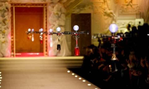 Φαντασμαγορικό θέαμα: Οι Dolce & Gabbana «κατέβασαν» τα drones στην πασαρέλα - Δείτε το βίντεο